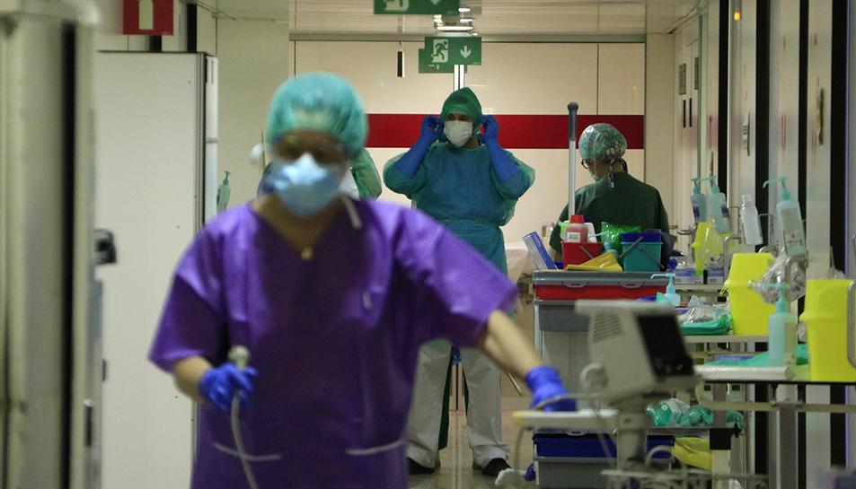 Professionals sanitaris en un passadís de l'Hospital de Bellvitge, que s'ha habilitat per atendre pacients amb covid-19.
