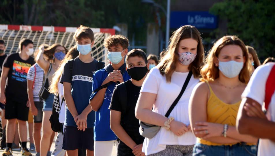 Pla mitjà d'alumnes de 4t d'ESO de l'institut Martí i Franquès de Tarragona en filera i amb mascareta