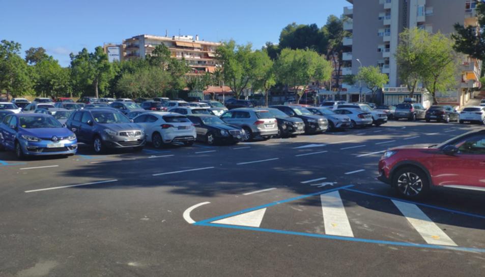 Imatge d'una zona d'aparcament regulat per zona blava a salou.