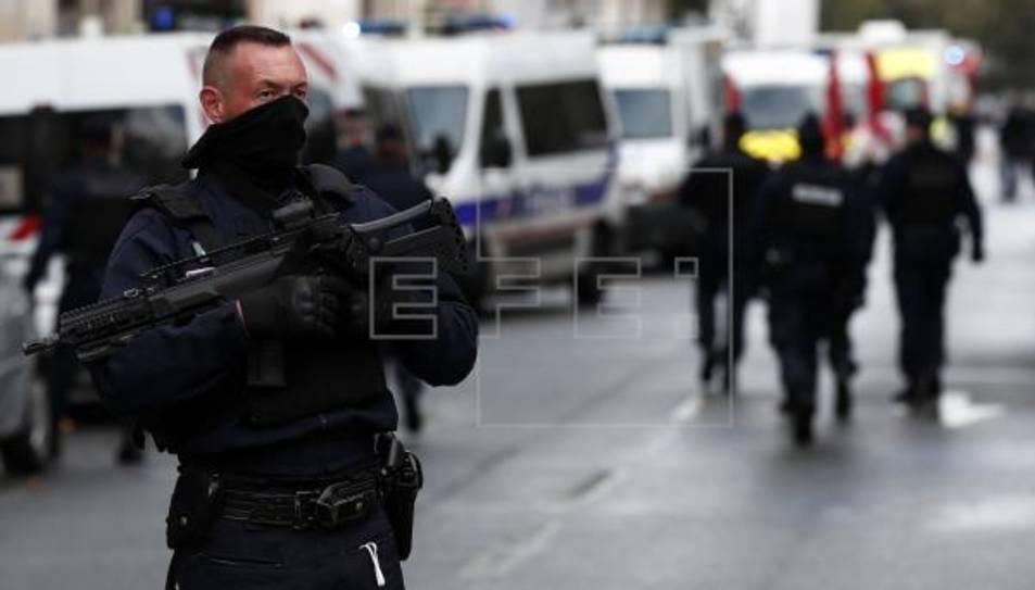La Policia ha desplegat un ampli dispositiu per a localitzar als atacant.