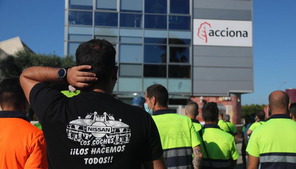 Pla tancat d'un treballador d'Acciona davant la seu de l'empresa, situada al Passeig de la Zona Franca de Barcelona