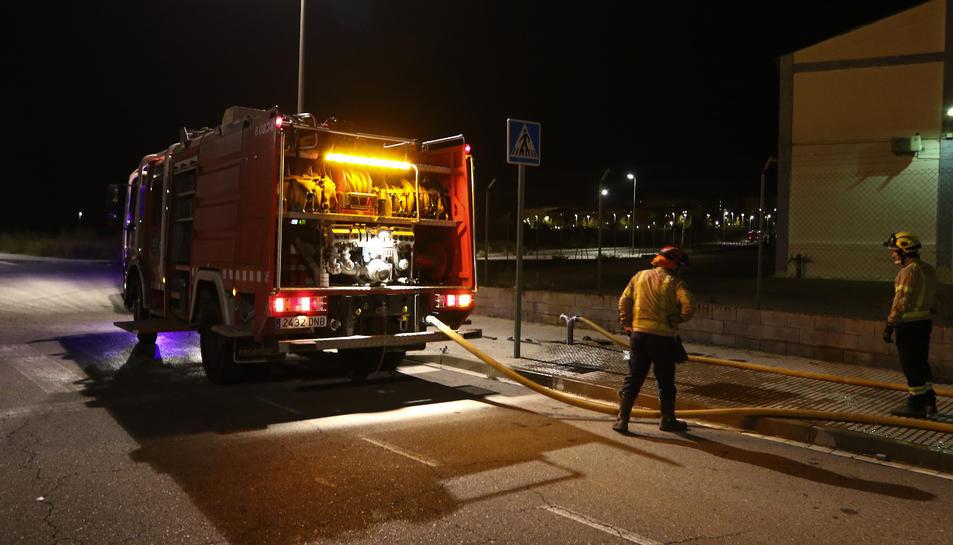 El foc es va originar al carrer Tretze de Tarragona i van desplaçar-se fins a cinc dotacions.