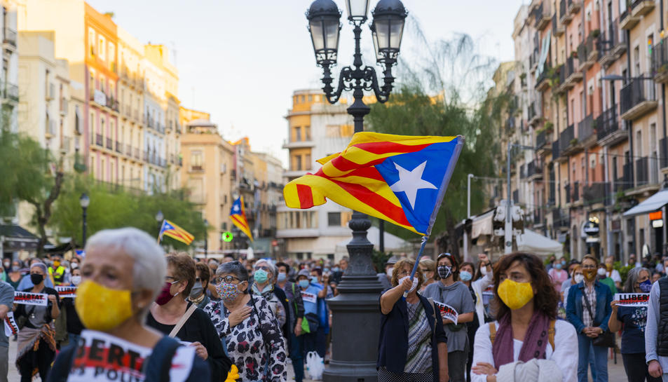 Imatge de la plaça de la Font de Tarragona, on el teixit independentista s'hi ha concentrat en contra de la inhabilitació de Torra.