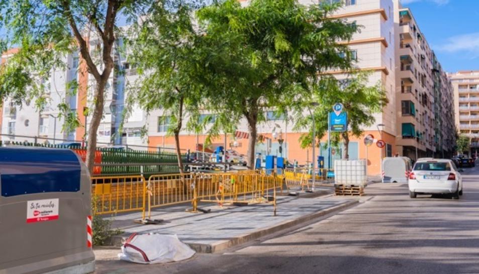 Vorera del carrer Francesc Bastos on hi havia els contenidors soterrats que han estat retirats.