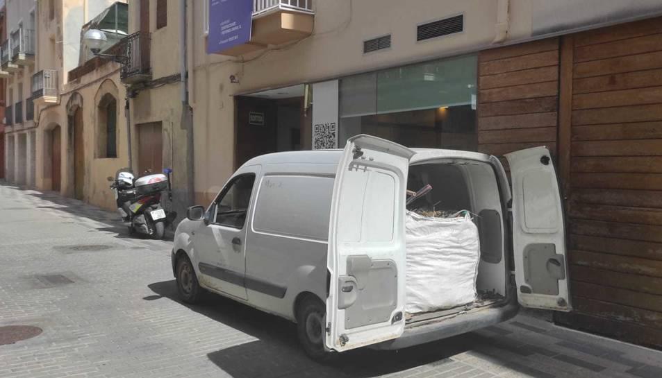 Imatge de les garrofes robades davant la comissaria de Vila-seca.