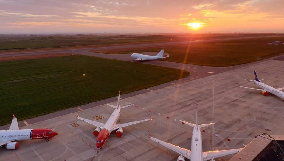 L'avió Jumbo Jet a punt d'entrar a la pista de l'aeroport de Lleida-Alguaire.