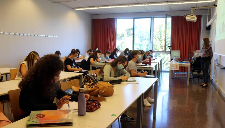 Alumnes fent classe amb mascareta en una aula del Campus Catalunya de la URV en el primer dia del curs 2020-2021.