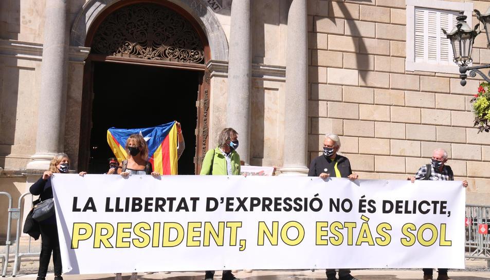 Pancarta desplegada davant el Palau de la Generalitat.