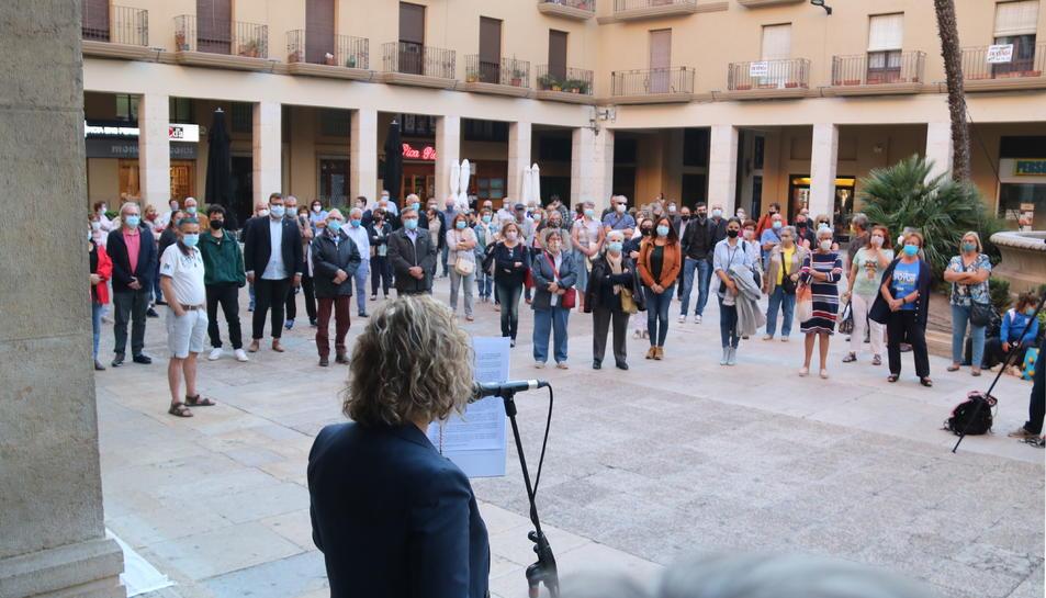 Pla picat de l'alcaldessa de Tortosa, Meritxell Roigé, llegint el manifest contra la inhabilitació de Torra davant dels ciutadans concentrats a la protesta.