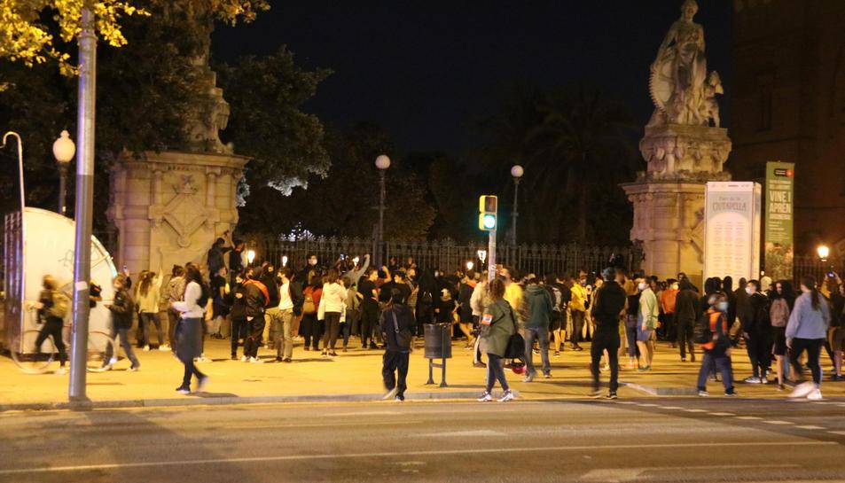 Desenes de persones davant la porta del Parc de la Ciutadella.