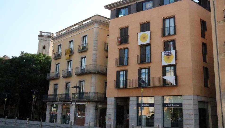 Imatge d'arxiu d'un bloc de pisos de lloguer, mercat que ara serà regulat en alguns municipis.