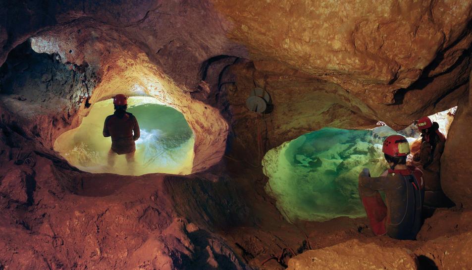 Accés a la Sala Rivemar, inundada d'aigua i la més gran que es coneix de la Cova Urbana.