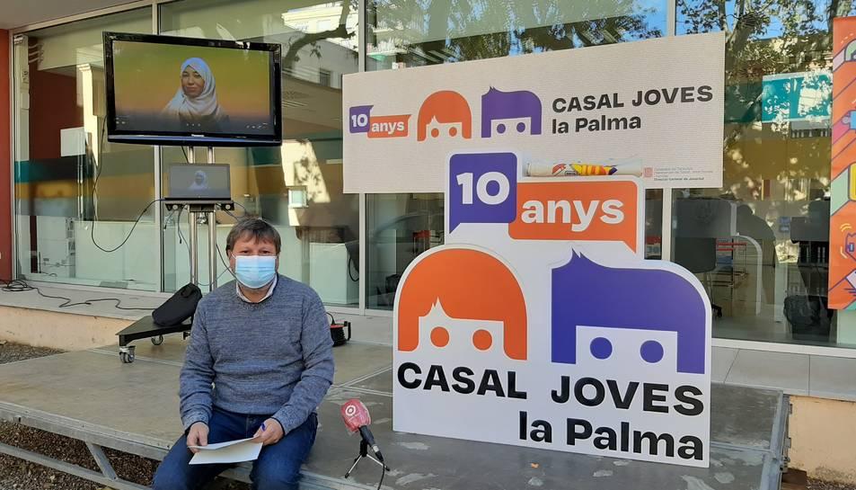 El regidor Òscar Subirats, amb la nova imatge del Casal.