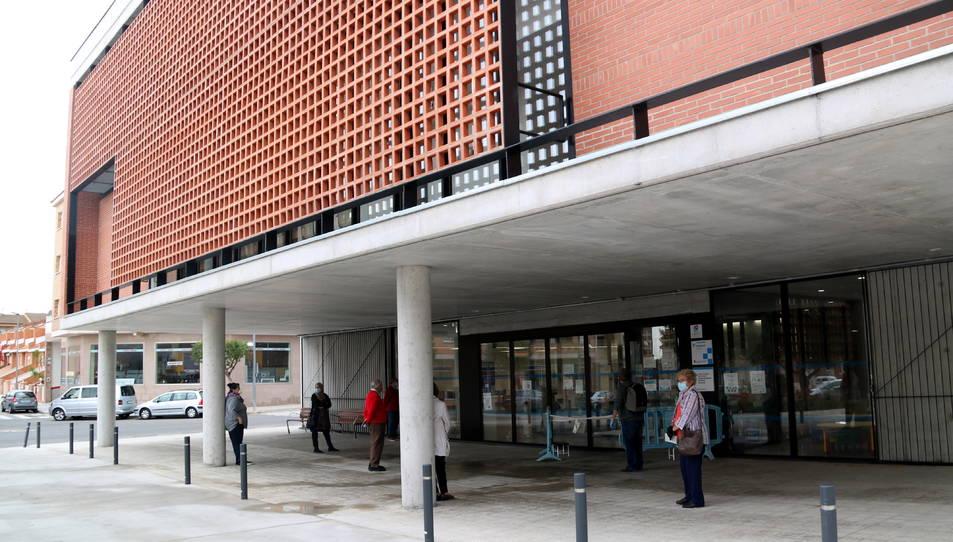 El CAP d'Amposta, amb un grup de pacients esperant passar el triatge abans de ser atesos a dins.