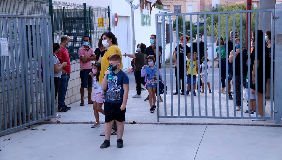Alumnes d'una escola de Tortosa entrant al centre amb mascareta el primer dia d'escola.