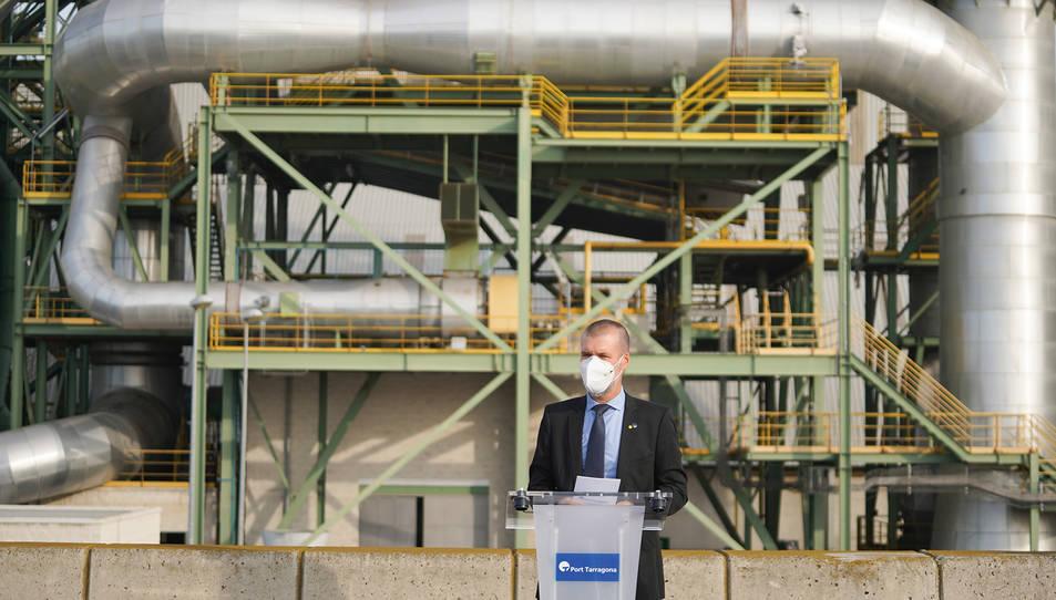 El president del Port de Tarragona, Josep Maria Cruset, davant la planta de producció de ciment a tocar de l'escullera.