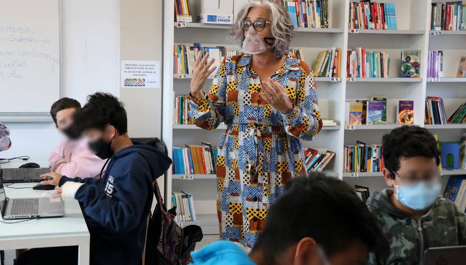 Una professora de l'INS Andreu Nin del Vendrell impartint classe mentre utilitza una mascareta transparent.