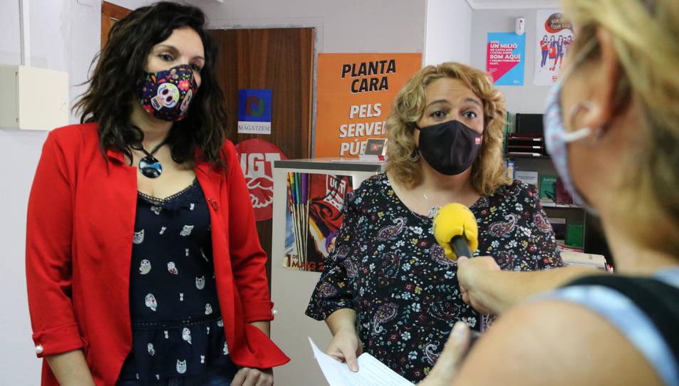 La delegada de l'UGT al Baix Penedès, Mar Vázquez, i la secretaria general de CCOO a Tarragona, Mercè Puig, atenent la premsa.