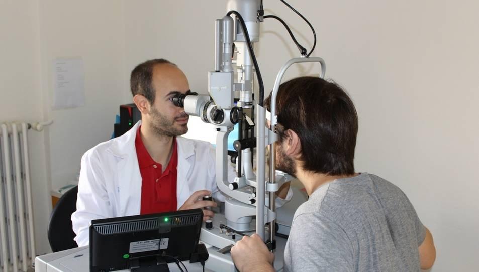 L'oftalmòleg del Joan XXIII, Dr. Alejandro Filloy, amb un pacient.