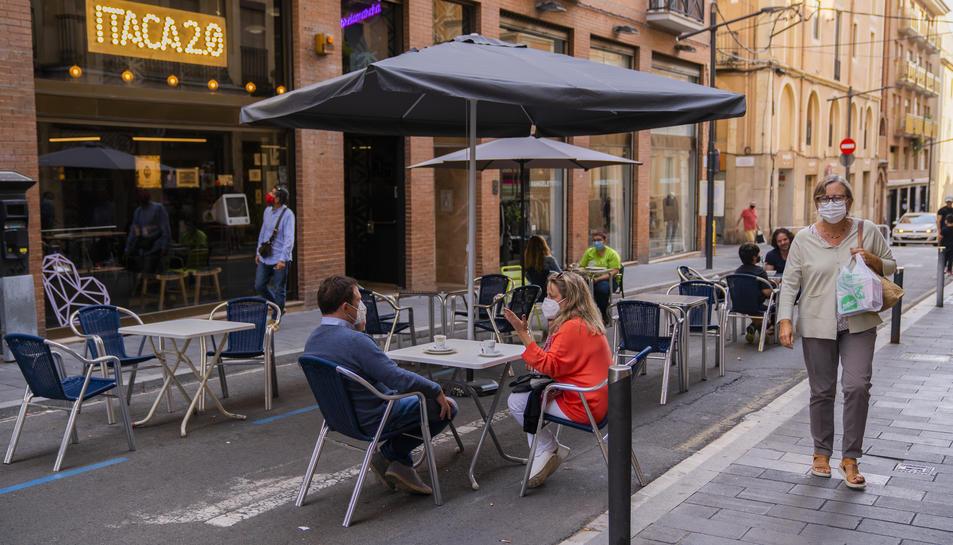 Una de les dues terrasses que ocupen l'asfalt al carrer Fortuny, a pocs metres de la Rambla.