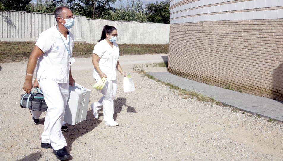 Un dels equips mòbils per extreure mostres per a PCR arribant a l'escola Bell-lloc de Girona.