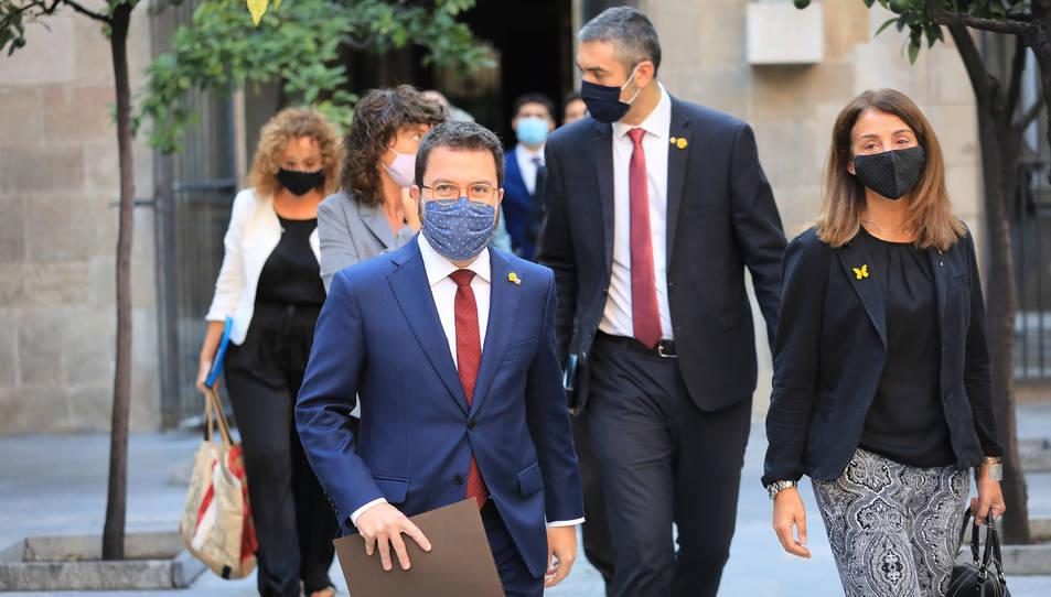 El vicepresident Pere Aragonès caminant al costat de Meritxell Budó i altres consellers darrere al Pati dels Tarongers.