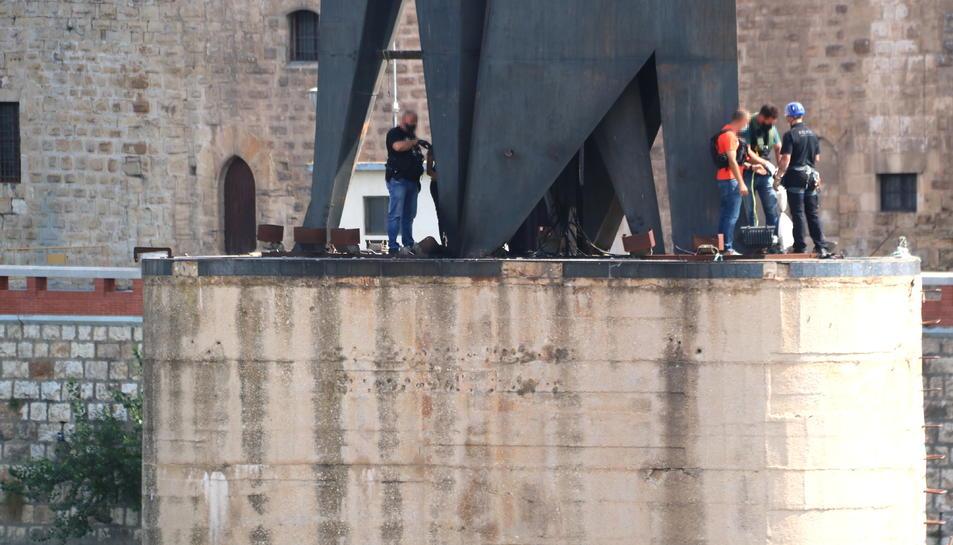 Pla general d'alguns agents dels Mossos d'Esquadra fent una inspecció ocular sobre l'explosió a la base del monument franquista de l'Ebre a Tortosa.