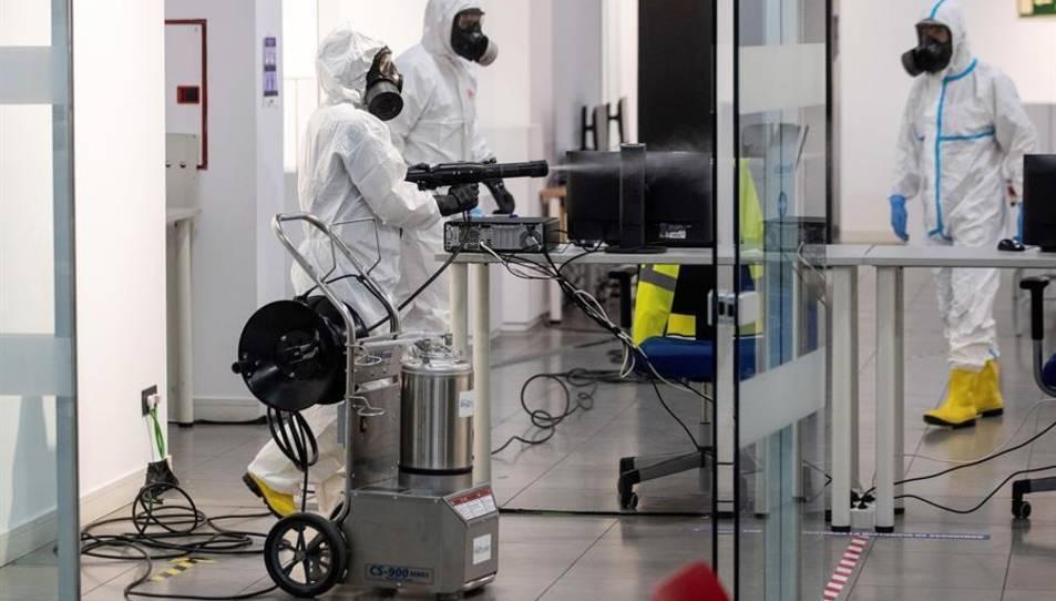 Membres de la Unitat Militar d'Emergències (UME) realitzen tasques de desinfecció al Centre Cultural Lope de Vega a Madrid.