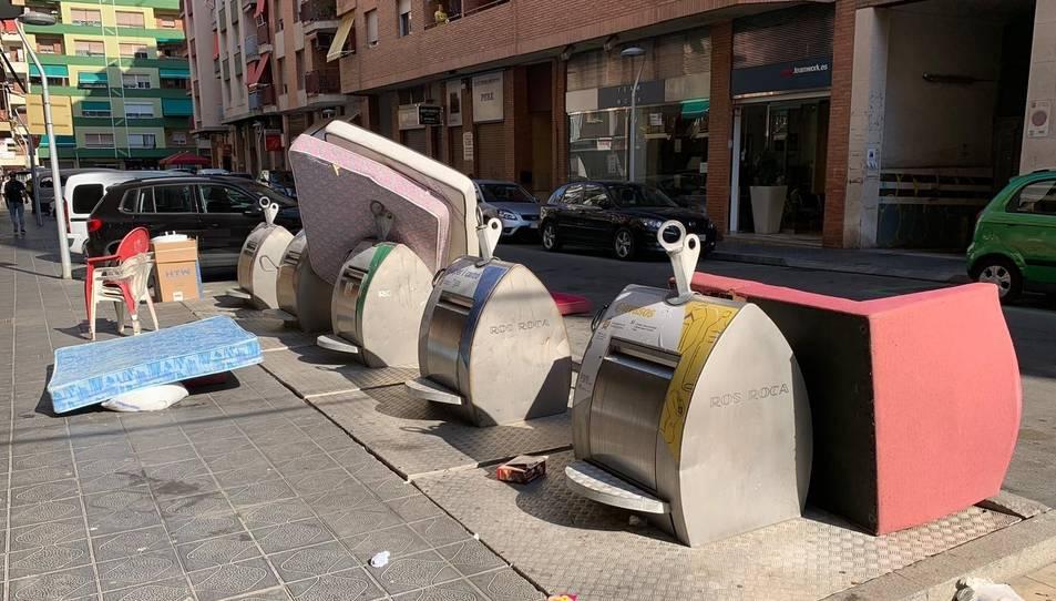Imatge de brossa fora dels contenidors del carrer Mallorca.