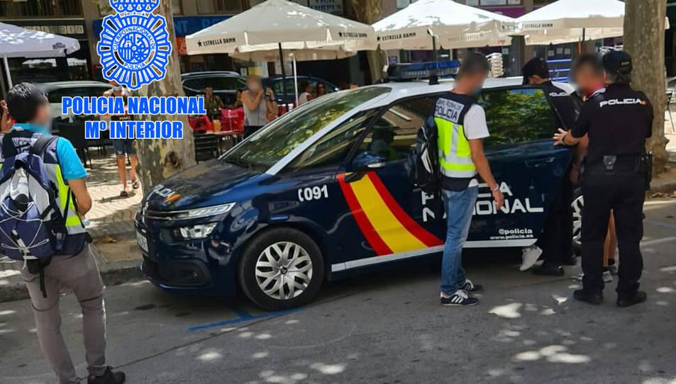 Un vehicle i agents de la policia espanyola, detenint el propietari d'un 'kebab' al passeig de l'Estació de Valls.