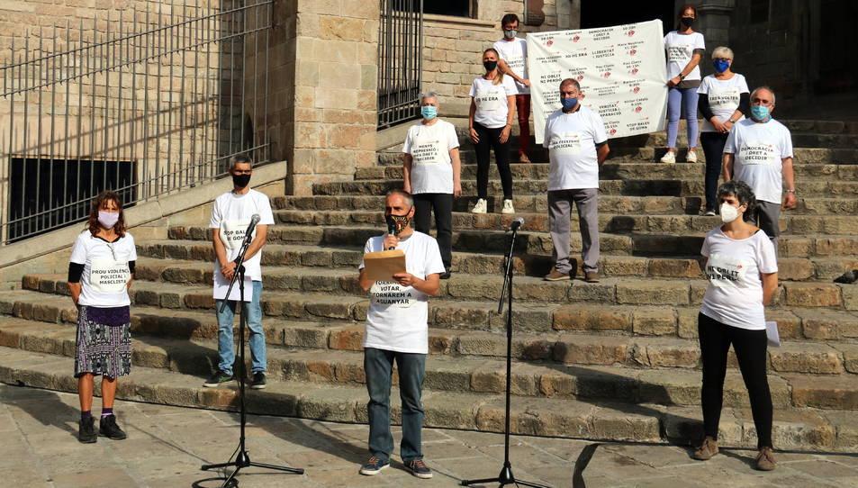 Pla general de les víctimes de l'1-O membres de la plataforma Defensem 1-O amb samarretes blanques a les escales de la plaça del Rei