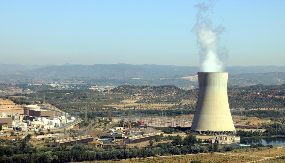 Pla general de la central nuclear d'Ascó, a la Ribera d'Ebre, amb la xemeneia fumejant a la dreta i els dos reactors a l'esquerra