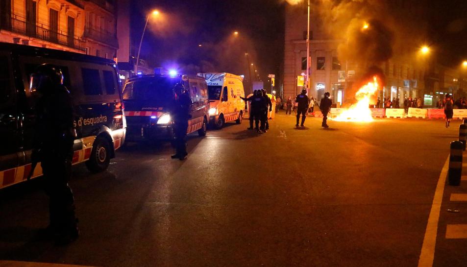 Diverses furgones dels Mossos i una ambulància al centre de Barcelona durant els aldarulls