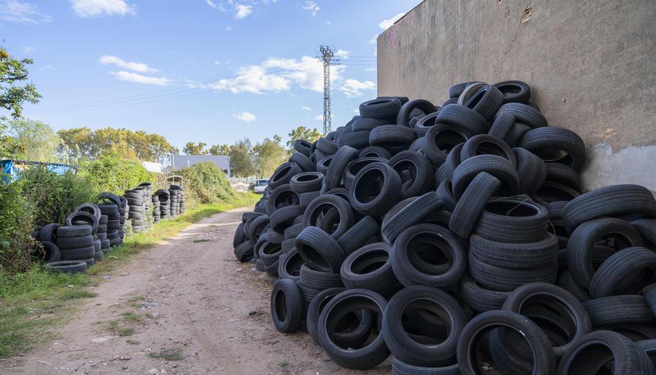 Imatge de l'acumulació de pneumàtics a un camí a tocar de la carretera de València.
