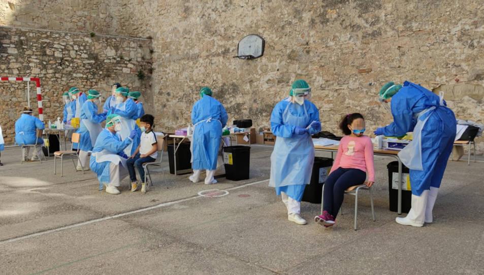 Pati de l'escola Remolins de Tortosa durant les proves PCR a alumnes en el marc del cribratge per detectar contagis de covid-19