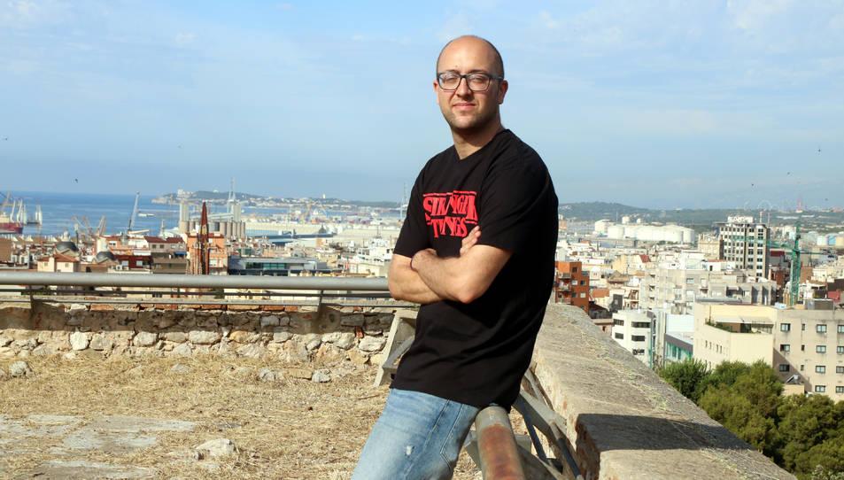 El conseller de Patrimoni de l'Ajuntament de Tarragona, Hermán Pinedo, recolzat en una barana del Fortí Negre de la muralla.