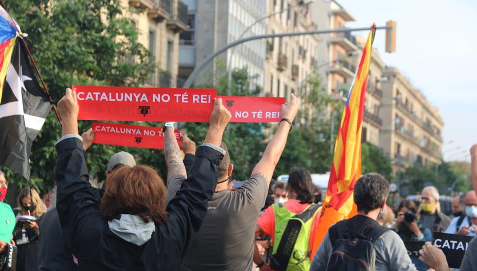 Diversos manifestants mostrant rètols de protesta contra el rei Felip VI davant l'Estació de França.