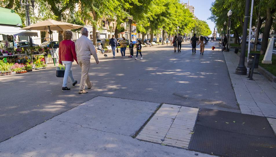 Imatge que oferia la Rambla ahir al matí en el sector amb asfalt i rajoles de l'època de Recasens.