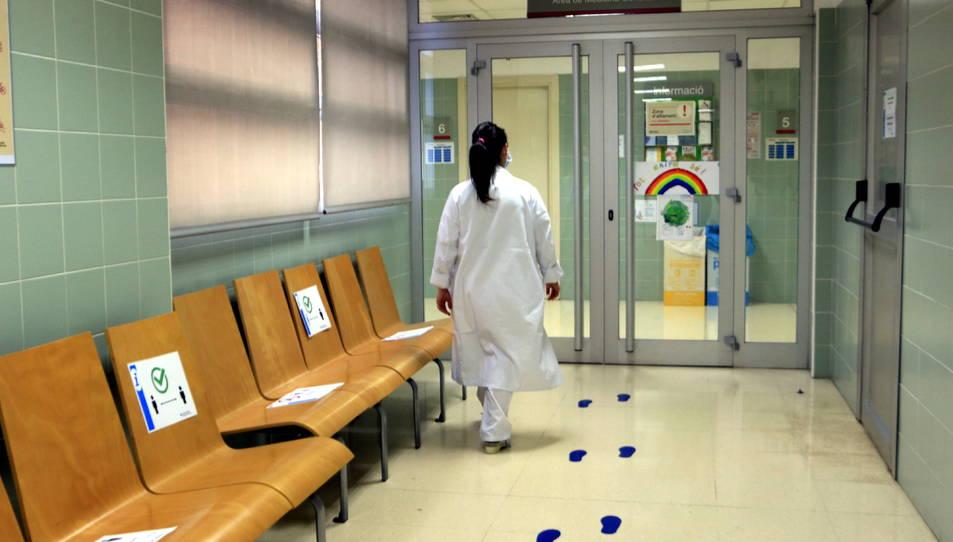 Una infermera del CAP Verdaguer camina cap a l'àrea reservada a l'atenció pediàtrica.