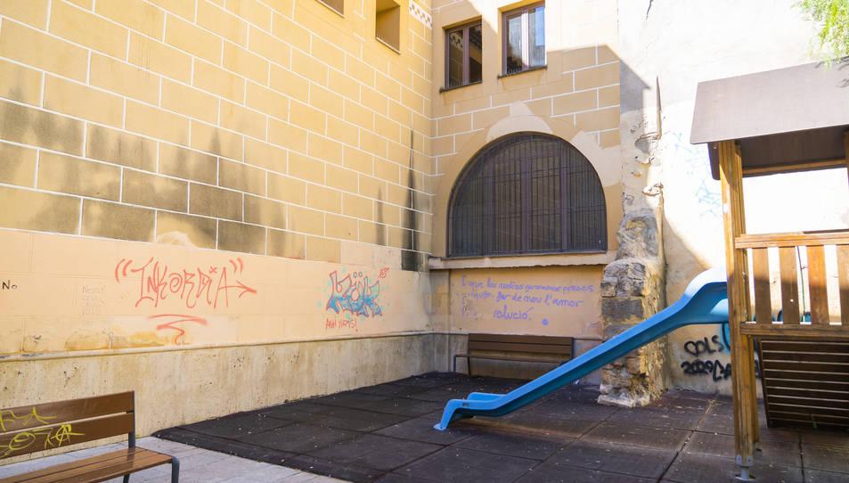 Aspecte de la plaça dels Natzarens amb les noves pintades que han aparegut aquests dies.