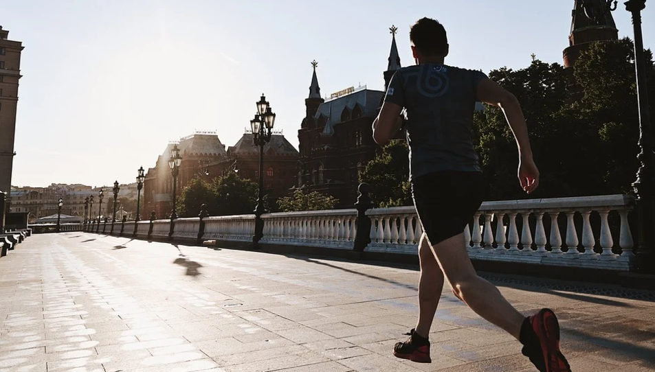 Imatge d'una persona corrent a primera hora del matí.