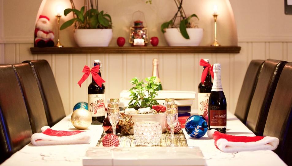 Imatge d'una taula amb decoració nadalenca.