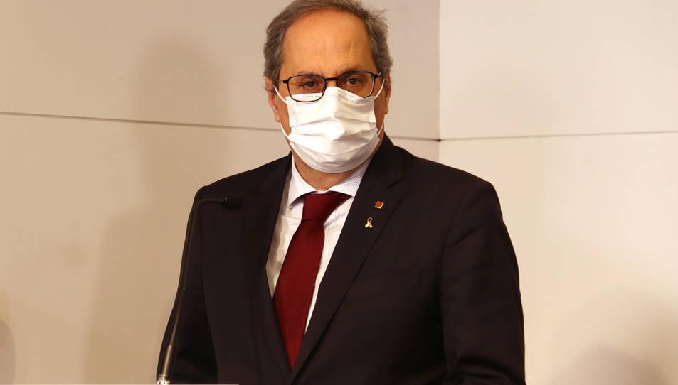 El president inhabilitat, Quim Torra, escoltant en una compareixença a la Casa de la Generalitat a Perpinyà.