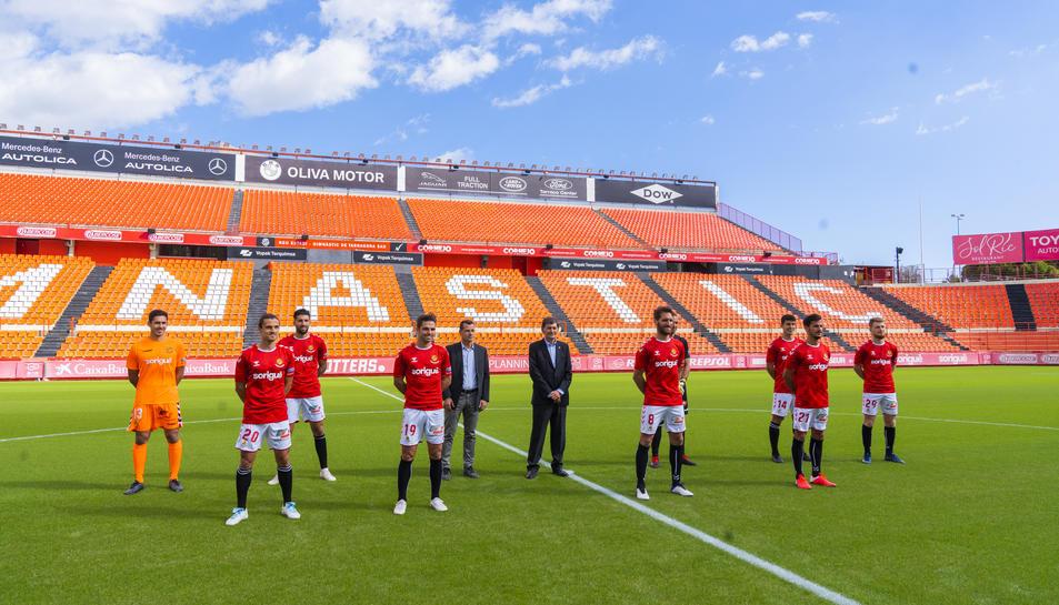 Les vuit incorporacions amb Carlos Vicente, fitxat per la Pobla, el president, Josep Maria Andreu, i el director esportiu, Sergi Parés.