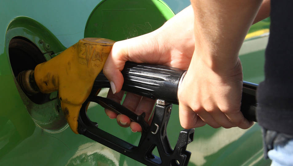 Primer pla del sortidor d'una benzinera.
