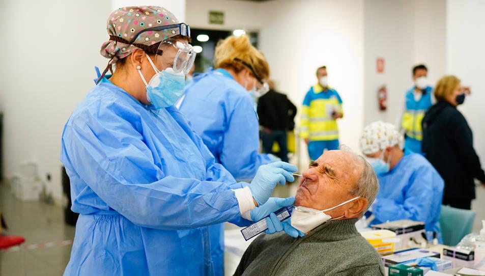 Una sanitària realitzant un tests d'antígens a Espanya.