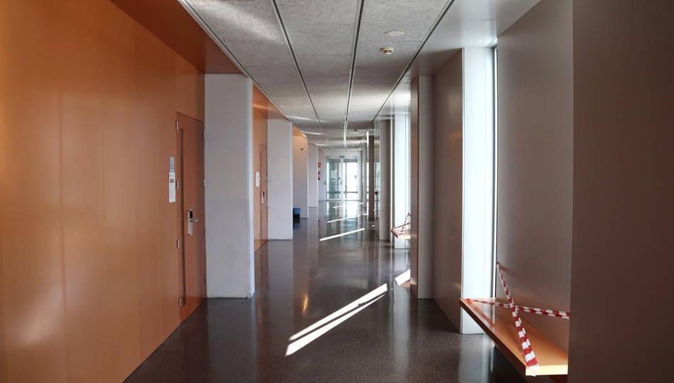Un passadís del Campus Catalunya de la URV, buit, aquest dijous al matí.