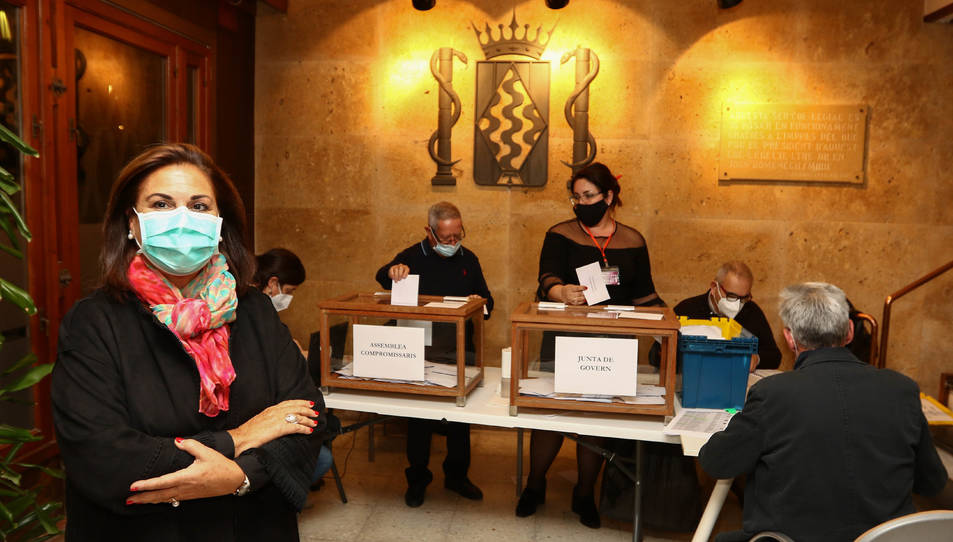 Maria Remedios Rico durant el recompte de vots.