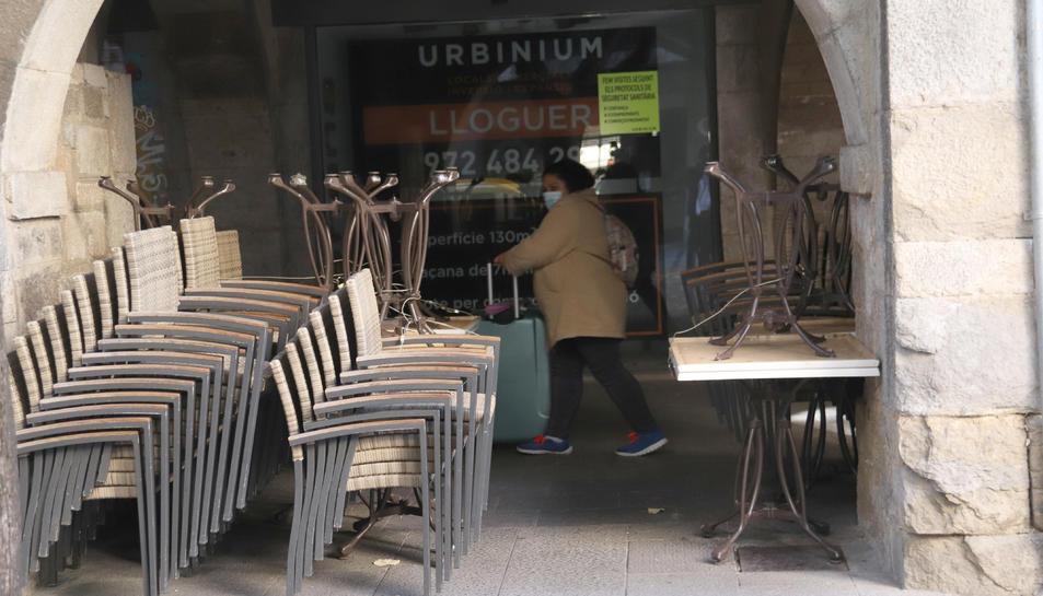 Pla curt d'una terrassa plegada d'un bar de Girona.