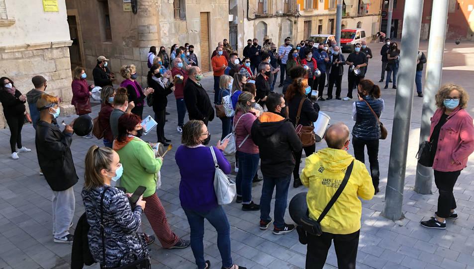 Restauradors de Tortosa que han fet una cassolada de protesta davant la seu del Govern.
